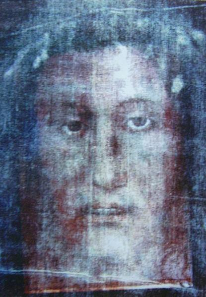 Efekt nałożenia na siebie wizerunku Całunu Turyńskiego i Całunu z Manoppello. Zgadzają się nie tylko proporcje twarzy ale i ślady zranień. foto wikipedia